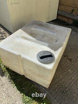 Réservoir D'eau De 650 Litres. Nettoyage Des Fenêtres. Voiture Valorisation. Wfp