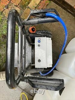 Système De Nettoyage De Fenêtre De Poteau Alimenté Par L'eau Portatif Avec Des Réservoirs Et Le Poteau. Kit Complet